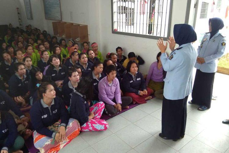 Kalapas Perempuan Kelas IIA Pontianak, Kalimantan Barat, Jaleha memberikan penjelasan terkait penutupan akses besukan, Rabu (18/3/2020).
