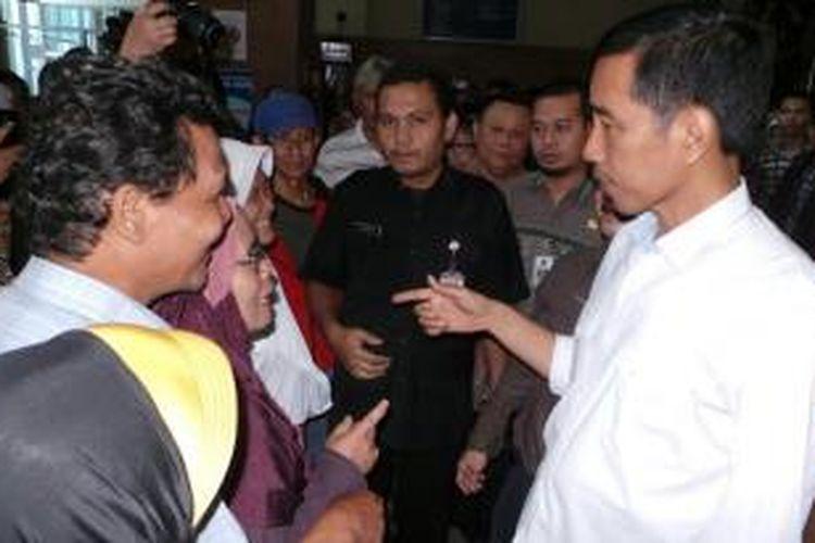 Gubernur Jakarta Joko Widodo berbincang dengan beberapa pasien di RSUD Budhi Asih, Jakarta Timur.