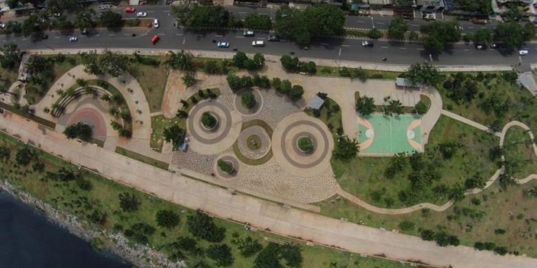 Ruang terbuka hijau di pinggir Waduk Pluit, Jakarta Utara, Jumat (6/2/2015). Area yang dulu sempat menjadi kawasan padat penduduk ini sekarang sudah berubah menjadi area taman kota.