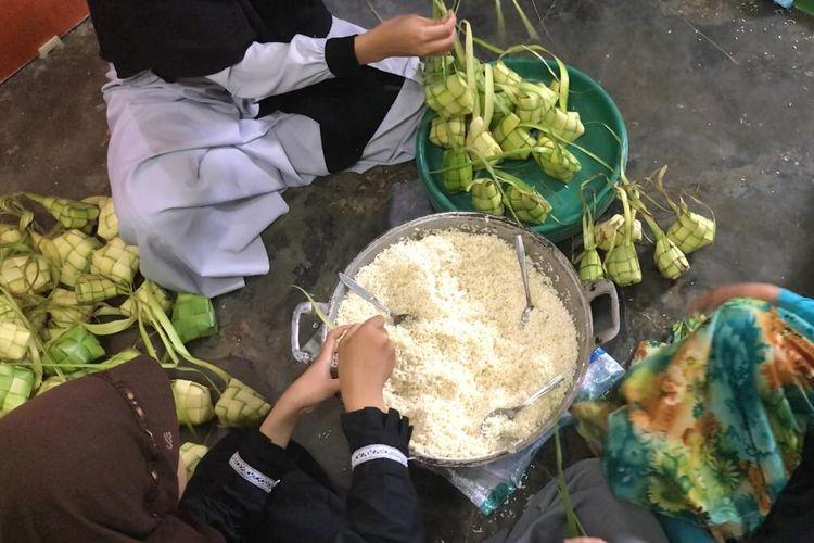 Beberapa orang remaja tengah membuat ketupat. Ketupat menjadi salah satu jenis hidangan Lebaran yang ada dalam Budaya anjang-anjangan atau mawakeun. Yakni budaya saling mengantar makanan di Tanah Sunda jelang Lebaran yang hampir punah.