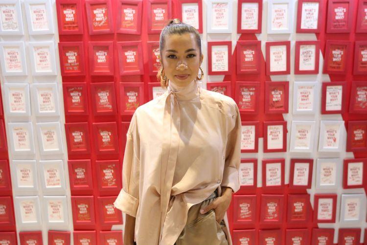 Jennifer Bachdim berpose usai menghadiri acara Temu Media AIA di Hotel Raffles, Kuningan, Jakarta, Senin (26/03/2018). Dalam acara ini AIA bersama AIA Global Ambassador David Beckham mengajak masyarakat Indonesia untuk hidup lebih sehat, lebih lama, lebih baik.