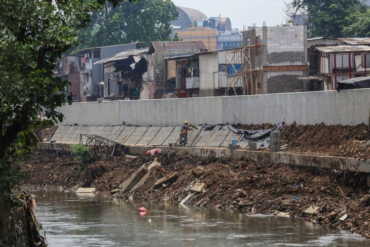 Pekerja menyelesaikan proyek normalisasi Sungai Ciliwung di kawasan Bukit Duri, Jakarta, Selasa (26/9/2017). Proyek normalisasi bantaran Sungai Ciliwung di kawasan Bukit Duri memasuki tahap pemasangan dinding turap untuk menguatkan bantaran agar tidak longsor sekaligus sebagai salah satu antisipasi banjir.
