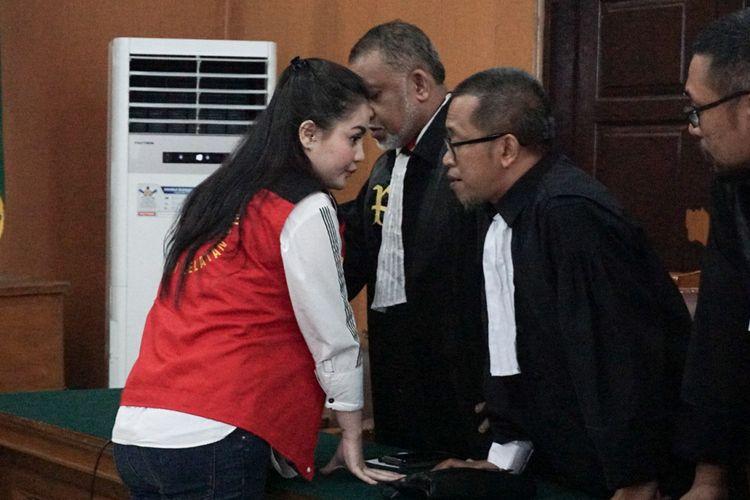 Artis peran Jennifer Dunn saat berdiskusi dengan tim kuasa hukumnya di Pengadilan Negeri Jakarta Selatan, Senin (25/6/2018).