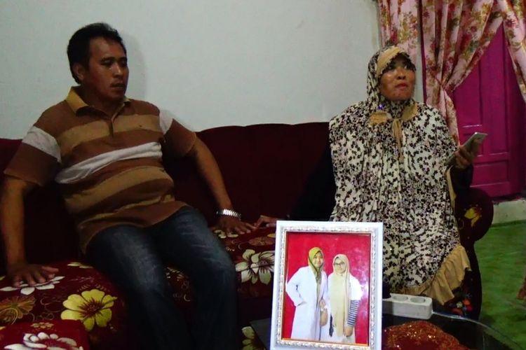 Pasangan suami istri Idris dan Monro saat, diwawancara mengenai kedatangan anaknya dari Natuna di rumahnya di kampung Untia, Kecamatan Biringkanaya, Makassar, Sabtu (15/2/2020).