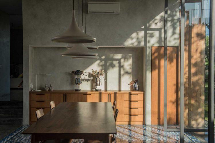 Buffet modern di ruang makan, Karya: Tamara Wibowo