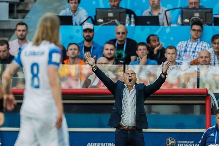 Pelatih Argentina Jorge Sampaoli (kanan) bereaksi  saat pertandingan Argentina melawan Islandia pada laga penyisihan Grup D Piala Dunia 2018 di Otkrytiye Arena, Sabtu (16/6/2018). Pertandingan berakhir dengan skor imbang 1-1