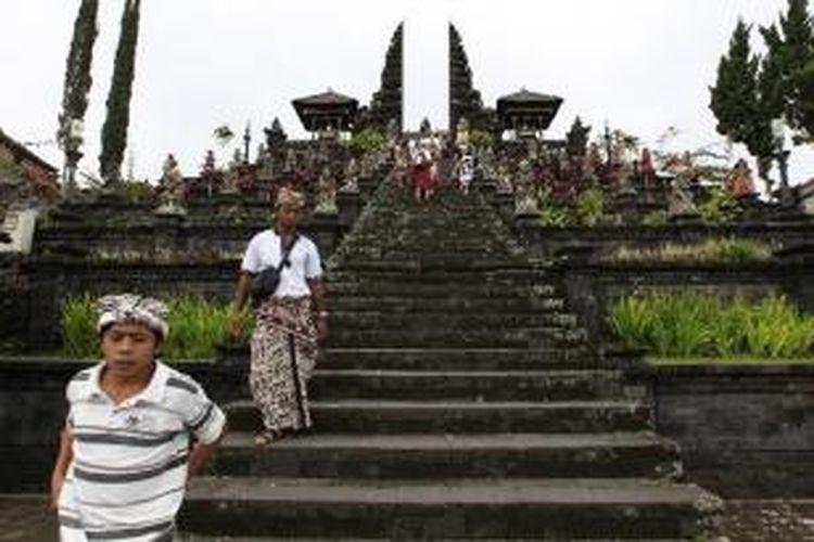Umat Hindu usai sembahyang di Pura Besakih, Kecamatan Rendang, Karangasem, Bali, Rabu (5/10/2011).