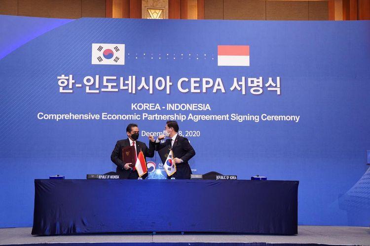 Menteri Perdagangan RI Agus Suparmanto (kiri) dan Menteri Perdagangan, Industri, dan Energi Korea Selatan Sung Yun-mo (kanan) melakukan penandatanganan Perjanjian Indonesia–Korea Comprehensive Economic Partnership Agreement (IK-CEPA) di Seoul, Korea Selatan, Jumat (18/12/2020).