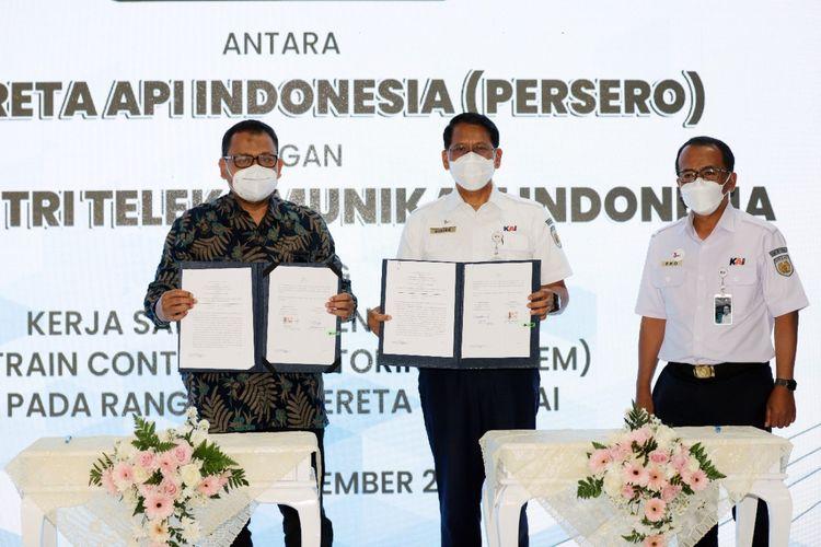 Penandatanganan MoU oleh Direktur Utama KAI Didiek Hartantyo dan Direktur Utama INTI Otong Iip di Stasiun Bandung.