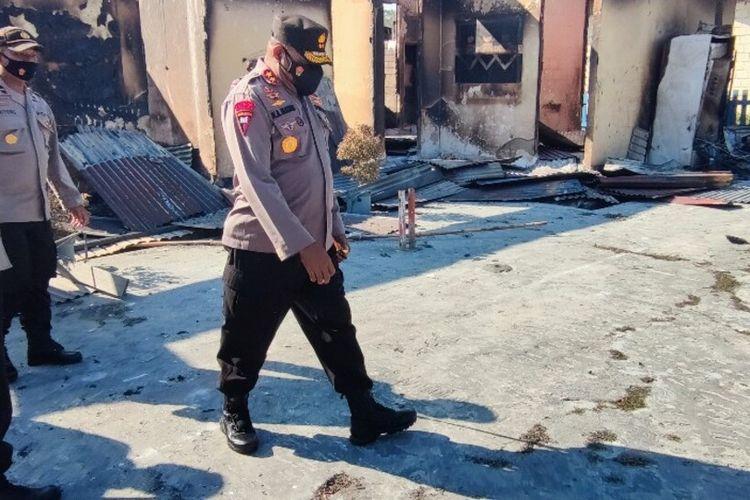 Kapolda Papua, Irjen Mathius D Fakhiri tengah meninjau Polsek Nimboran yang telah hangus terbakar karena aksi massa, Jayapura, Papua, Selasa (3/8/2021)