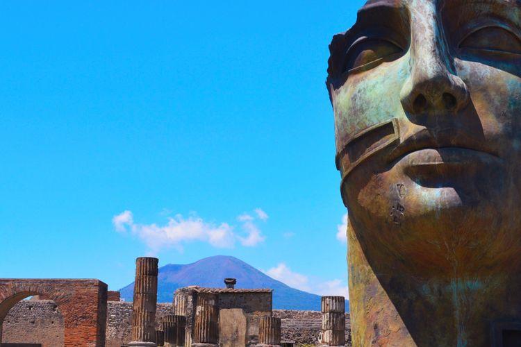 Ilustrasi reruntuhan Kota Pompeii yang hancur karena erupsi Gunung Vesuvius 79 SM. Kota penting bagi bangsa Romawi kuno.