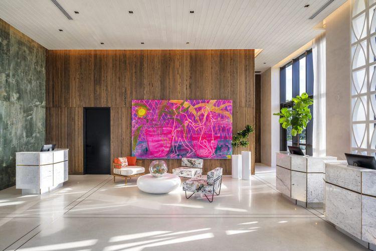 Area resepsionis yang terletak di lantai enam menawarkan pemandangan colorful berkat sebuah lukisan di salah satu sisi dinding.