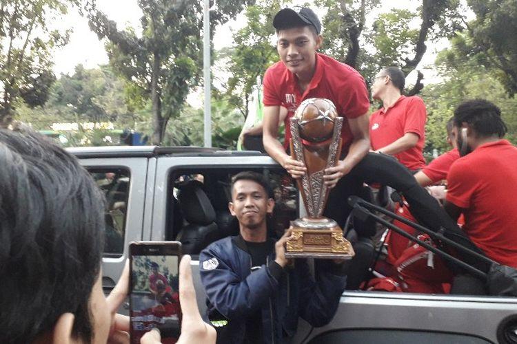 Bintang tim sepak bola Persija ikut dalam rangkaian Jakarnaval di Jalan Medan Merdeka Selatan, Jakarta Pusat pada Minggu (8/7/2018).