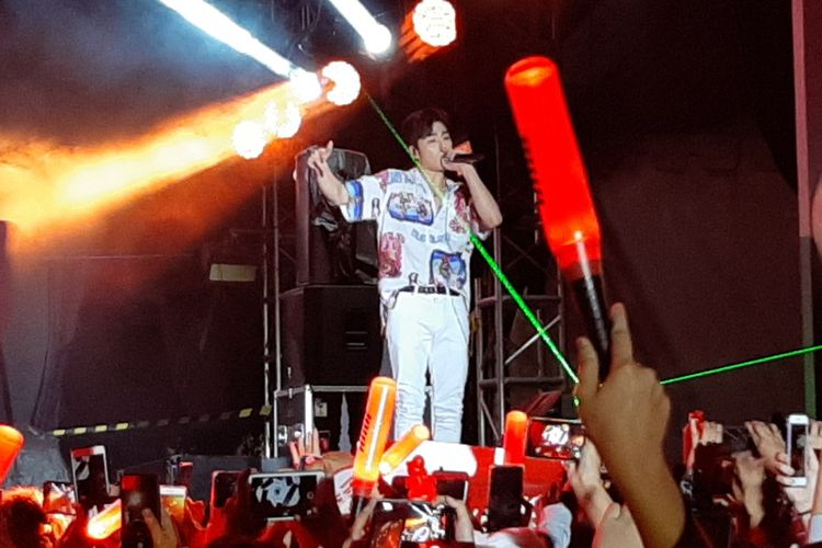 June tampil bersama iKON sebagai penutup GudFest 2019 hari pertama yang digelar di Helipad Parking Ground GBK Senayan, Jakarta, Sabtu (2/11/2019) malam.