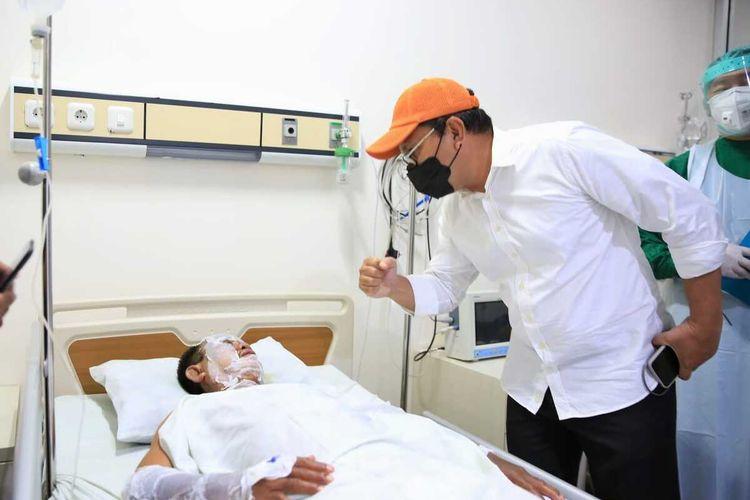 Wali Kota Makassar Danny Pomanto saat menjenguk korban bom bunuh diri di RS Bhayangkara.