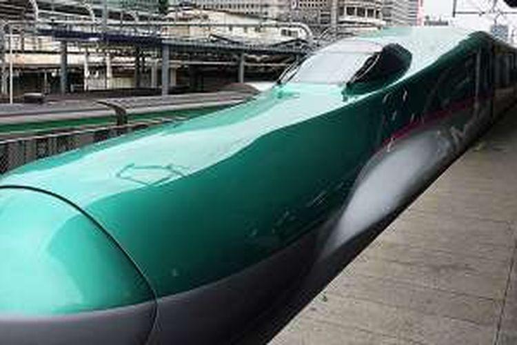 Pemerintah Jepang mengemas beragam wisata alam hingga atraksi lintas prefektur di wilayah Tohoku demi menarik kunjungan turis. Untuk perjalanan antarprefektur Fukushima, Iwate, Aomori, Miyagi, Akita, Yamagata, dan Niigata, kereta peluru 'shinkansen' menjadi pilihan utama. Tampak sebuah 'shinkansen' di Stasiun Tokyo bersiap menuju kota Hirosaki, Prefektur Aomori, Jumat (10/5/2016) lalu.