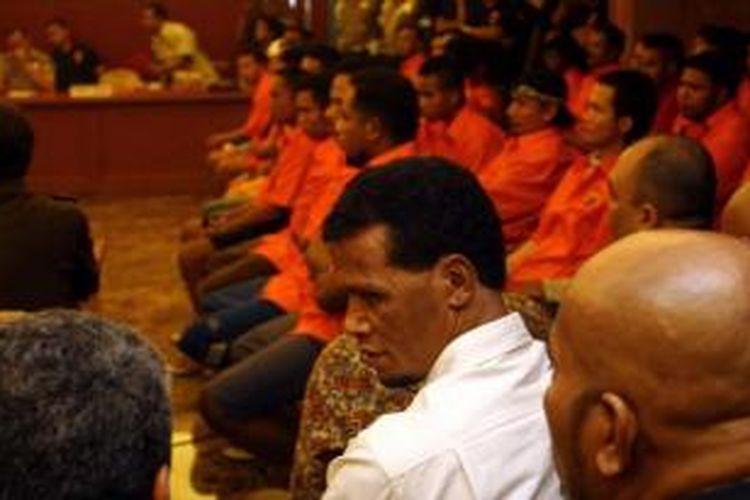 Hercules dan 49 tersangka kasus pemerasan yang melibatkan anak buahnya diserahkan Polda Metro Jaya dan dilimpahkan ke Kejaksaan Tinggi DKI Jakarta di Mapolda Metro Jaya, Selasa (7/5/2013).