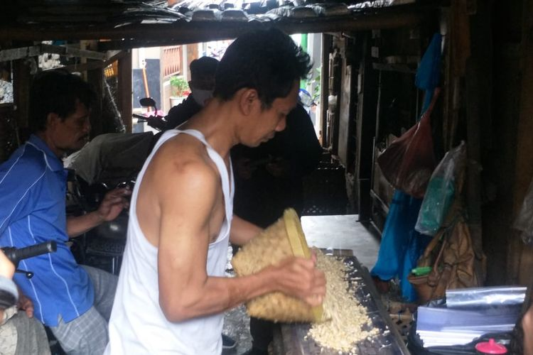 Sutono, produsen tempe di Kampung Tempe, Sunter, Jakarta Utara, saat memproduksi tempe pada Senin (4/1/2021).