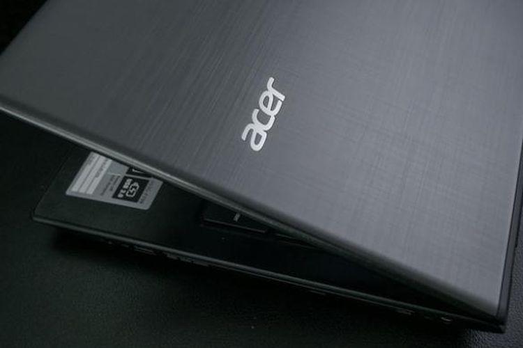 Logo Acer di punggung laptop Aspire E5-553G yang berlapis logam