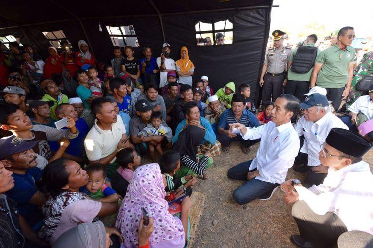 Presiden Joko Widodo berbincang dengan korban gempa di pusat pengungsian Desa Madayin, Kecamatan Sambelia, Kabupaten Lombok Timur, NTB, Senin (30/7/2018).