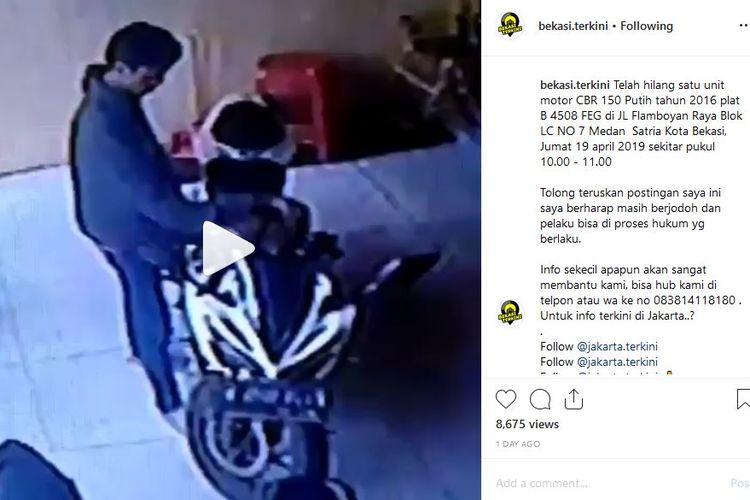 Pencurian motor terekam kamera CCTV di Bekasi.