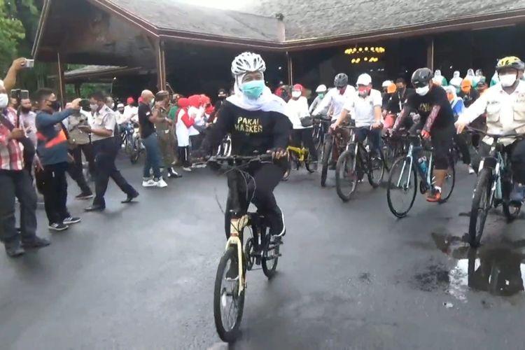 Gubernur Jawa Timur Khofifah Indar Parawansa, berangkat dari Pendopo Kabupaten Tulungagung bersepeda kampanye penggunaan masker, dan penerapan protokol kesehatan (13/09/2020)
