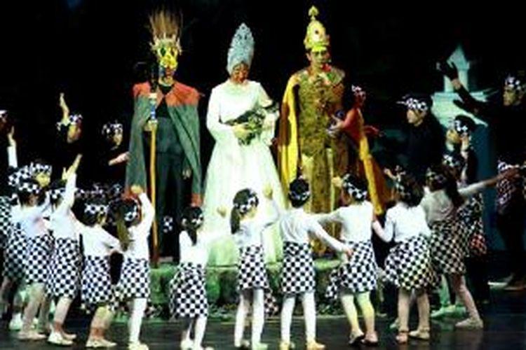 Para pelajar Singapore School Bona Vista, Lebak Bulus, Jakarta, mementaskan 'Lion King' lewat versi mereka; 'Tanamera', Senin (5/10/2015) lalu di Graha Bhakti Budaya, Taman Ismail Marzuki, Jakarta. Drama kolosal tersebut dimainkan oleh lebih dari 200 siswa sekolah tersebut.
