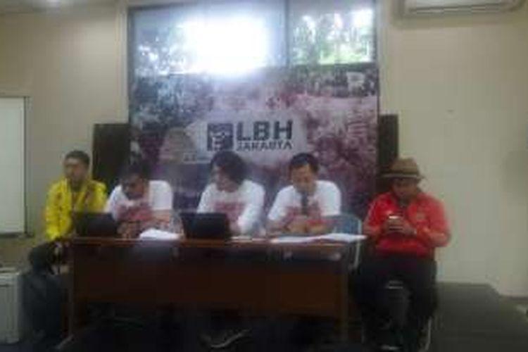 LBH Jakarta masih menunggu pemberitahuan resmi PTUN terkait putusan memenangkan banding Pemprov DKI soal izin reklamasi. Sejumlah pengacara LBH Jakarta memberi keterangan tentang hal itu di Jakarta, Jumat (21/10/2016)