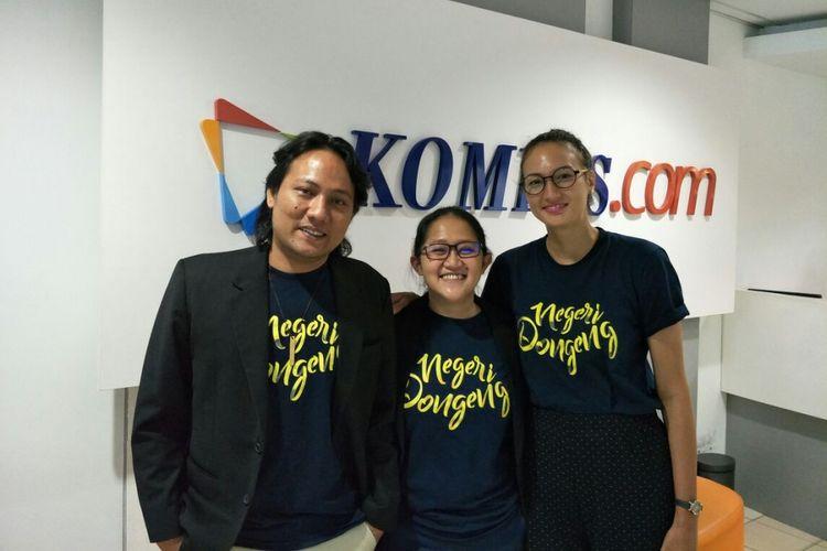 (Dari kiri ke kanan) Produser Chandra Sembiring, sutradara Anggi Frisca, produser, dan Nadine Chandrawinata berkunjung ke redaksi Kompas.com di Palmerah Selatan, Jakarta Pusat, Rabu (25/10/2017). Mereka mempromosikan film dokumenter Negeri Dongeng yang akan tayang di bioskop pada 26 Oktober 2017.