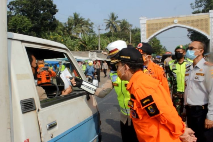 Bupati Cianjur Herman Suherman meninjau langsung giat penyekatan kendaraan terkait larangan mudik lebaran di kawasan Jembatan Citarum yang merupakan wilayah perbatasan antara Cianjur dan Bandung Barat, Kamis (6/5/2021).