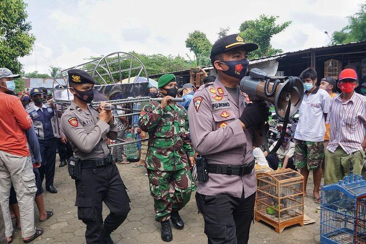 Tim gabungan satgas Covid-19 dari TNI, Polri, Dinhub dan Satpol PP berpatroli keliling kota Purbalingga, Jawa Tengah membawa keranda mayat untuk menyanksi para pelanggar protokol kesehatan, Kamis (24/12/2020).