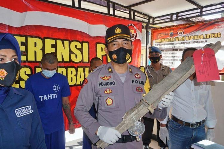 Kabag Ops Polres Purbalingga, Kompol Pujiono menunjukkan balok kayu yang digunakan dua preman untuk menganiaya penjual buah, Jumat (4/6/2021).