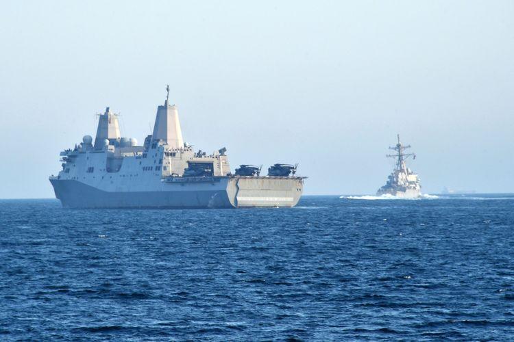 Kapal perang amfibi USS San Diego (kiri) dan kapal perusak berpeluru kendali USS John Paul transit di Teluk Oman saat melakukan operasi keamanan maritim pada 18 Februari 2021.