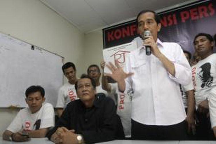 Bakal calon presiden dari Partai Demokrasi Indonesia Perjuangan (PDI-P), Joko Widodo atau Jokowi, saat jumpa pers di Posko PDI-P Projo, Pancoran Timur, Jakarta Selatan, Jumat (11/4/2014). Jokowi menghadiri peresmian Rumah Jokowi untuk mendukung pemenangan dirinya yang akan maju di Pemilu Presiden 2014.