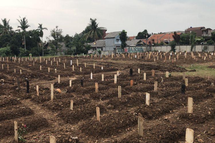 Suasana Taman Pemakaman Umum (TPU) Srengseng Sawah, Jagakarsa, Jakarta Selatan khusus pemakanan jenazah pasien Covid-19 pada Sabtu (23/1/2021) sore.