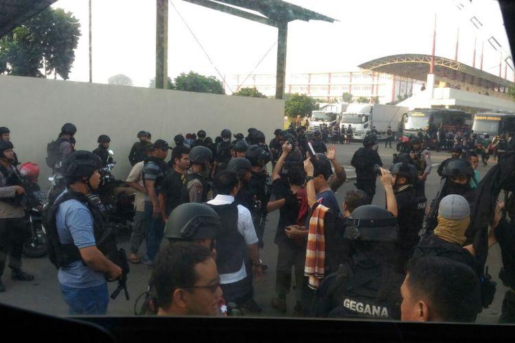 Proses penyerahan diri para tahanan terorisme Rumah Tahanan Cabang Salemba di Mako Brimob Kelapa Dua, Jakarta, Kamis (10/5/2018). Semua tahana terorisme sebanyak 155 orang menyatakan menyerah tanpa syarat kepada pihak aparat kepolisian RI.