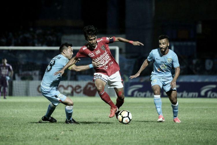 Kapten Bali United, Fadil Sausu, mendapat penjagaan dari para pemain Persela.