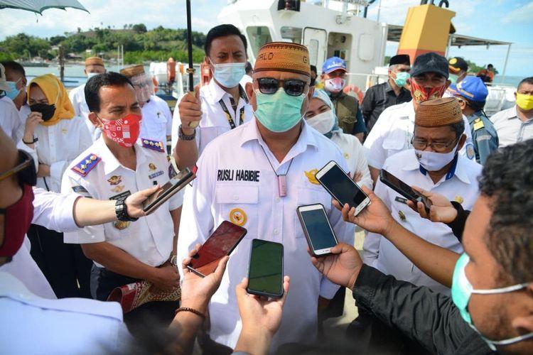 Gubernur Gorontalo Rusli Habibie saat menjelaskan aliran listrik belum masuk ke Pulau Dudepo karena terkendala pembebasan lahan dari Pemerintah Kabupaten Gorontalo Utara.