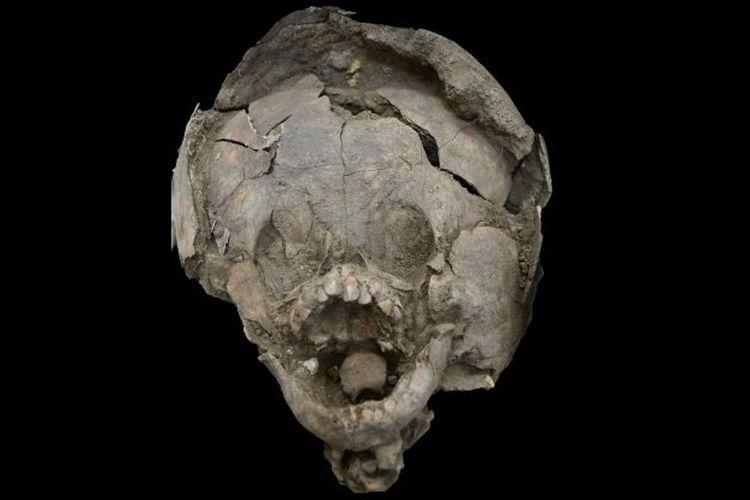 Peneliti temukan bayi di situs pemakaman kuno yang kenakan helm terbuat dari tengkorak.