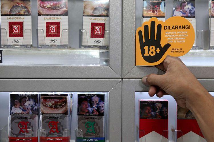 Penjual anggota Komunitas Ritel Sampoerna menunjukan stiker Program Pencegahan Akses Pembelian Rokok oleh Anak-anak (PAPRA) di bawah usia 18 tahun di Toko Mm - Qia di Cipete, Jakarta Selatan, Kamis (14/12/2017).