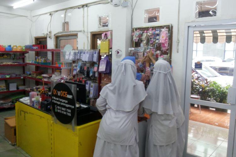Sejumlah pelajar yang sedang berbelanja di OK-OCE Mart yang berada Kompleks YAPI Al Azhar, Jalan Sunan Giri, Rawamangun, Jakarta Timur, Senin (23/10/2017). Kebanyakan konsumen adalah para siswa dan karyawan sekolah yang berlokasi di area lembaga pendidikan YAPI Al Azhar, yang di dalamnya terdiri atas Playgroup Sakinah, TK Islam Al Azhar 13, SD Islam Al Azhar 13, SMP Islam Al Azhar 12, Asrama Sunan Giri dan Asrama Sunan Gunung Jati.
