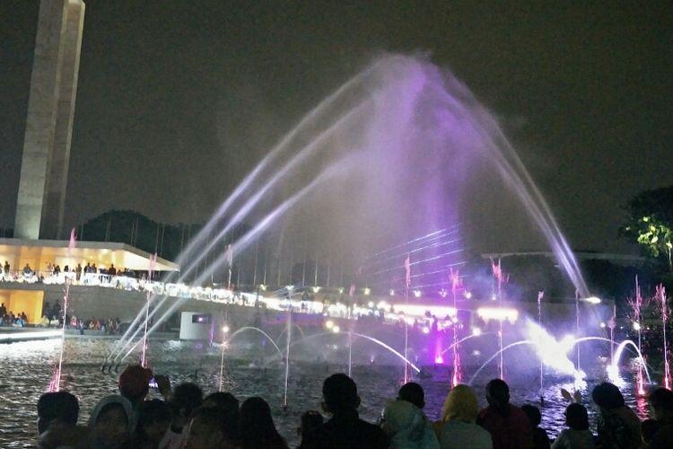 Melihat air mancur menari di Lapangan Banteng, Jakarta Pusat, Sabtu (22/6/2019).
