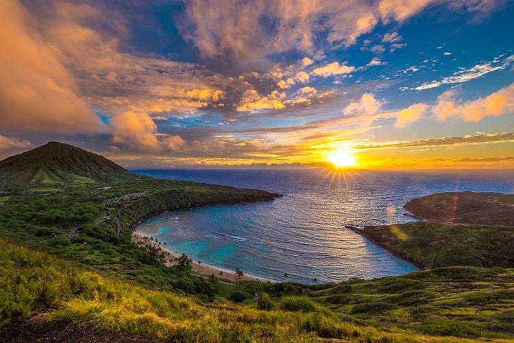Ilustrasi Hawaii - Tempat wisata bernama Hanauma Bay di Pulau O'ahu, Hawaii, Amerika Serikat.