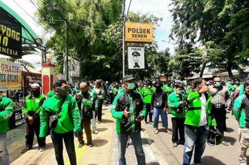 Polsek Senen dan Donatur Bagi 500 Nasi Boks Gratis untuk Pengemudi Ojol dan Warga