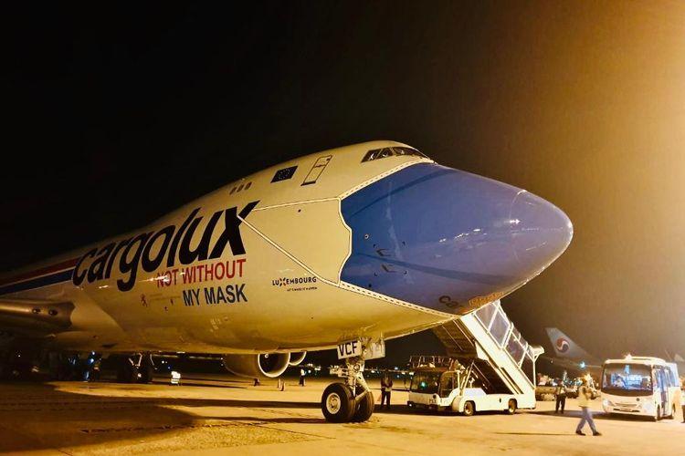 Pesawat Boeing 747-8 milik perusahaan Cargolux yang bermasker mendarat di Bandara Changi, Singapura, pada Jumat (28/8/2020).