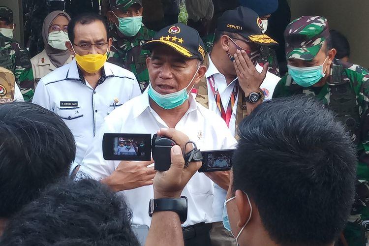Menteri Koordinator Bidang Pembangunan Manusia dan Kebudayaan (Menko PMK) Muhadjir Effendy mengunjungi mess perawat yang berada satu komplek dengan RS Khusus Infeksi Covid-19 di Pulau Galang, Batam, Kepulauan Riau (Kepri).