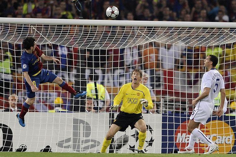 Lionel Messi mencetak gol ke gawang Van der Sar melalui sundulan, di final Liga Champions, pada 27 Mei 2009