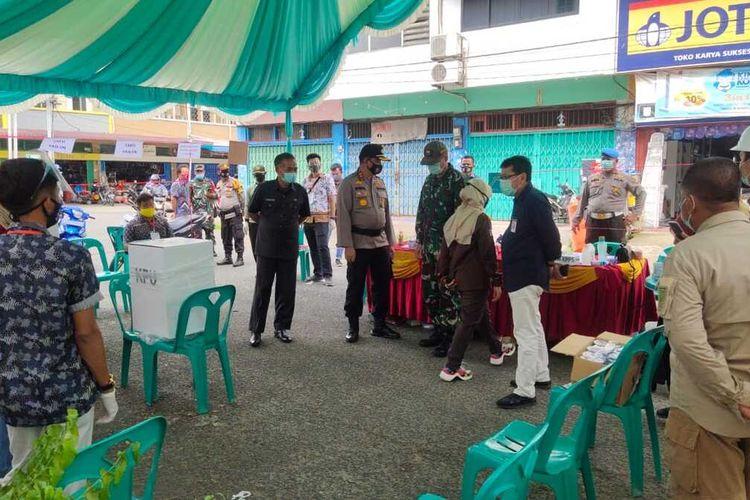 Inilah suasana pencoblosan di TPS di tengah pandemi Covid-19 pada pemilihan bupati dan wakil bupati di Kabupaten Indragiri Hulu, Riau, Rabu (9/12/2020).