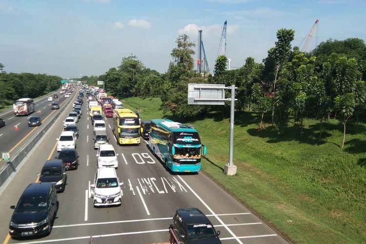Contra Flow diberlakukan di tol Japek Kilometer 47 sampai 61 arah menuju Cikampek pada Kamis (24/12/2020).