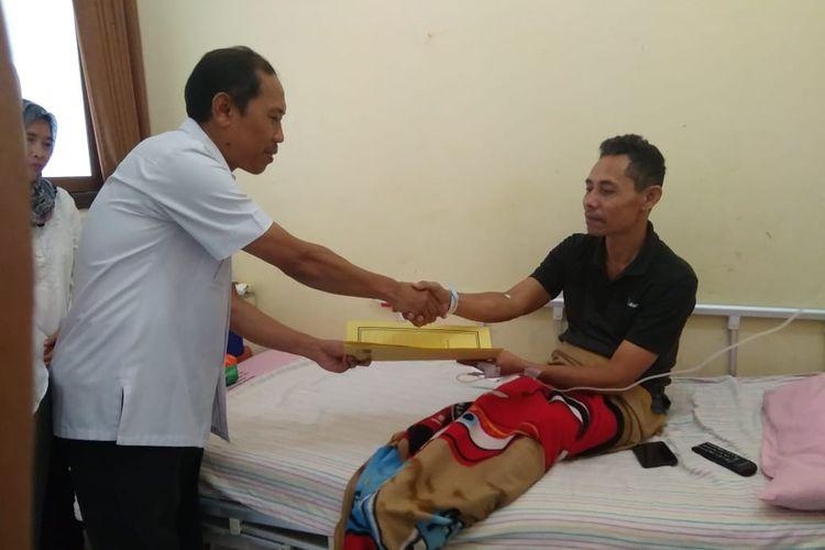KPU Banyumas menjenguk salah satu penyelenggara pemilu yang dirawat di rumah sakit, Kamis (25/4/2019)